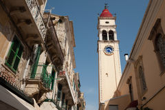 钟楼在其中一条小科孚岛街道中 免版税库存照片