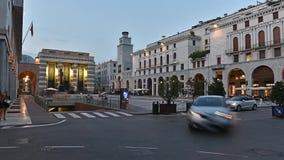 钟楼在广场凉廊,主要历史的正方形在布雷西亚,意大利- 08/30/2017 股票视频
