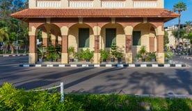 钟楼在有曲拱、绿色木窗口快门和红色瓦片机盖的,亚历山大,埃及Montaza公园 免版税图库摄影