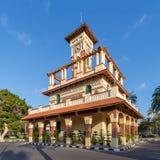 钟楼在有装饰的石墙、绿色木窗口快门和红色瓦片机盖的,亚历山大Montaza公园 免版税图库摄影
