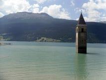 钟楼在湖Resia 南蒂罗尔 意大利 库存照片