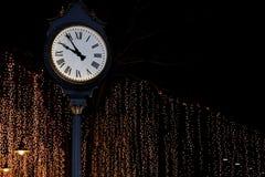 钟楼在街道与bokeh照明设备金子黄色背景浪漫夜生活的公园夜 库存照片