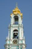 钟楼时钟和三位一体Sergius拉夫拉响铃的看法  免版税库存图片