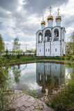 钟楼的平安和安静的看法,反映在湖 免版税库存照片