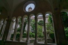 钟楼的水平的看法通过圆的窗口 免版税库存图片