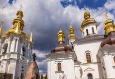 钟楼诞生保佑的教会维尔京圣洁假定拉夫拉基辅乌克兰 免版税图库摄影