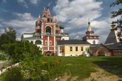钟楼(17世纪50年代)和三位一体门教会(1651)。 库存照片