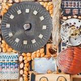 从钟表机构和自然物的静物画 库存图片