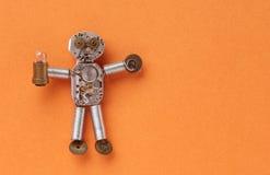 钟表机构机械字符由嵌齿轮轮子齿轮制成和手观看元素 有轻的灯的滑稽的抽象玩具 免版税图库摄影