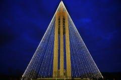 钟琴与圣诞灯的钟楼在晚上,水平, HDR 免版税库存照片