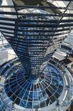 钢、玻璃和被反映的锥体- Reichs建筑细节  图库摄影