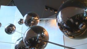 钢分子模型对象在博览会和访客人垂悬 股票视频
