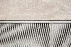 钢刺耳地板的关闭是排水设备路轨 并且擦亮了水泥地板 免版税图库摄影