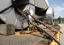 钢卷领带在拖车的链子机制 免版税库存图片