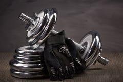 钢哑铃和重量 图库摄影
