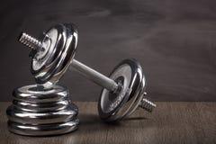 钢哑铃和重量 免版税库存图片