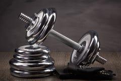钢哑铃和重量 库存图片