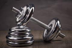 钢哑铃和重量 免版税库存照片