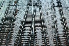 钢在冬天寒冷地面铺铁路 免版税库存照片