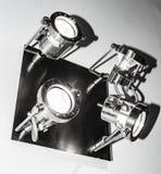 钢在天花板的金属现代斑点灯的小组 库存照片