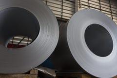 钢在仓库里盘绕股票 免版税库存图片