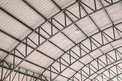 钢屋顶框架,与被镀锌的波纹状的瓦钢片的曲线屋顶钢设计结构的样式 库存图片