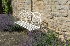 钢庭院位子花边界英国 免版税库存图片