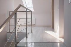 钢扶手栏杆和大理石台阶 免版税库存图片