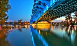从钢桥梁的看法向黄昏的华沙 免版税库存照片