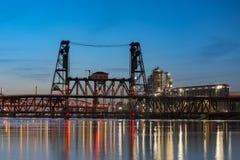 钢桥梁的看法在黄昏的在波特兰 免版税库存图片