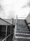 钢楼梯后面和白色在大阳台 免版税图库摄影