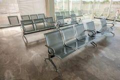 钢汽车站等待的椅子 图库摄影