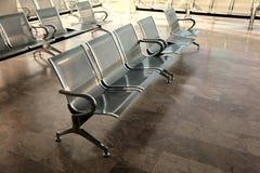 钢汽车站等待的椅子 免版税库存照片