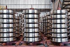 钢火车轮子的生产 库存图片