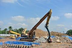 钢片堆在建造场所的浮桥坞机器 库存图片