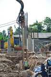 钢片堆在建造场所的浮桥坞机器 免版税库存照片