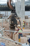 钢片堆在建造场所的浮桥坞机器 图库摄影