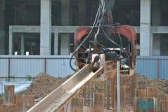 钢片堆在建造场所的浮桥坞机器 库存照片