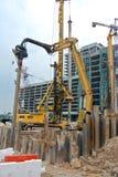 钢片堆在建造场所的浮桥坞机器 免版税库存图片