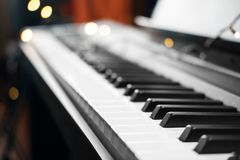 钢琴在背景的钥匙光 免版税库存图片