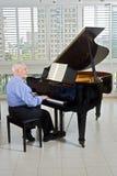 钢琴演奏家前辈 免版税图库摄影