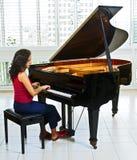 钢琴演奏家妇女 免版税库存图片