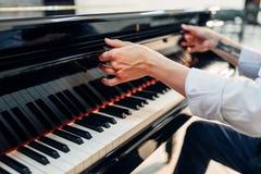 钢琴演奏家打开大平台钢琴键盘盒盖  库存图片