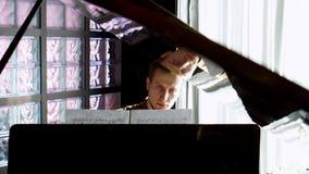 钢琴演奏家执行弹一架大平台钢琴 接近的现有量 专业钢琴演奏家 影视素材