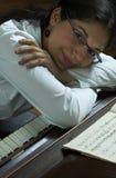 钢琴演奏家放松微笑 免版税库存图片