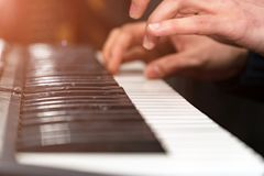 钢琴演奏家特写镜头的手 在合成器的戏剧 库存照片