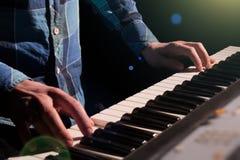 钢琴演奏家音乐家钢琴乐器使用 库存照片
