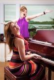 钢琴演奏者歌唱家 库存照片