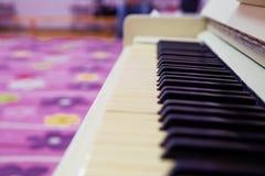 钢琴特写镜头,乐器 学会在家弹奏仪器 白色大钢琴 黑色键盘键钢琴行空白木 音乐会概念 免版税库存照片