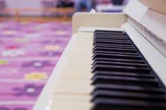 钢琴白色钢琴锁上音乐戏剧琴键笔记爵士乐蓝色古典音乐 黑白在钢琴 免版税库存图片